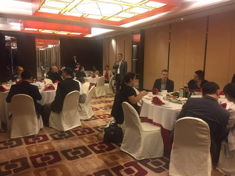 培训学员与旅游负责人共进晚餐。