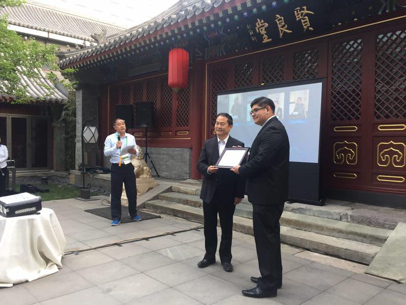 联合会秘书长宋宇向学员们颁发结业证书