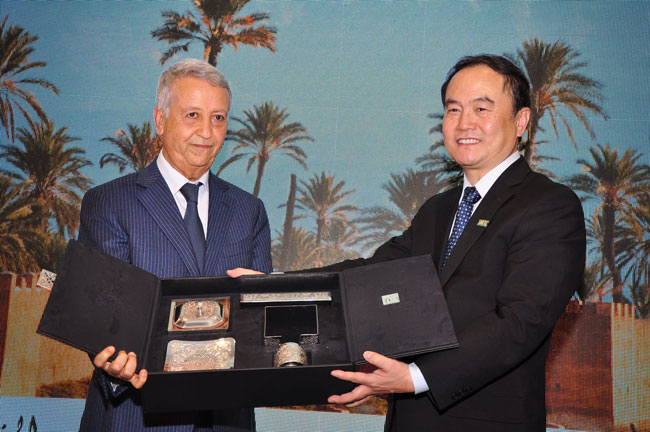 WTCF Secretary-General Song Yu and xxx exchanges gifts