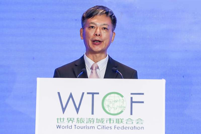 Li Baochun, Executive Deputy Secretary-General of World Tourism Cities Federation (WTCF), moderates the release of research results.