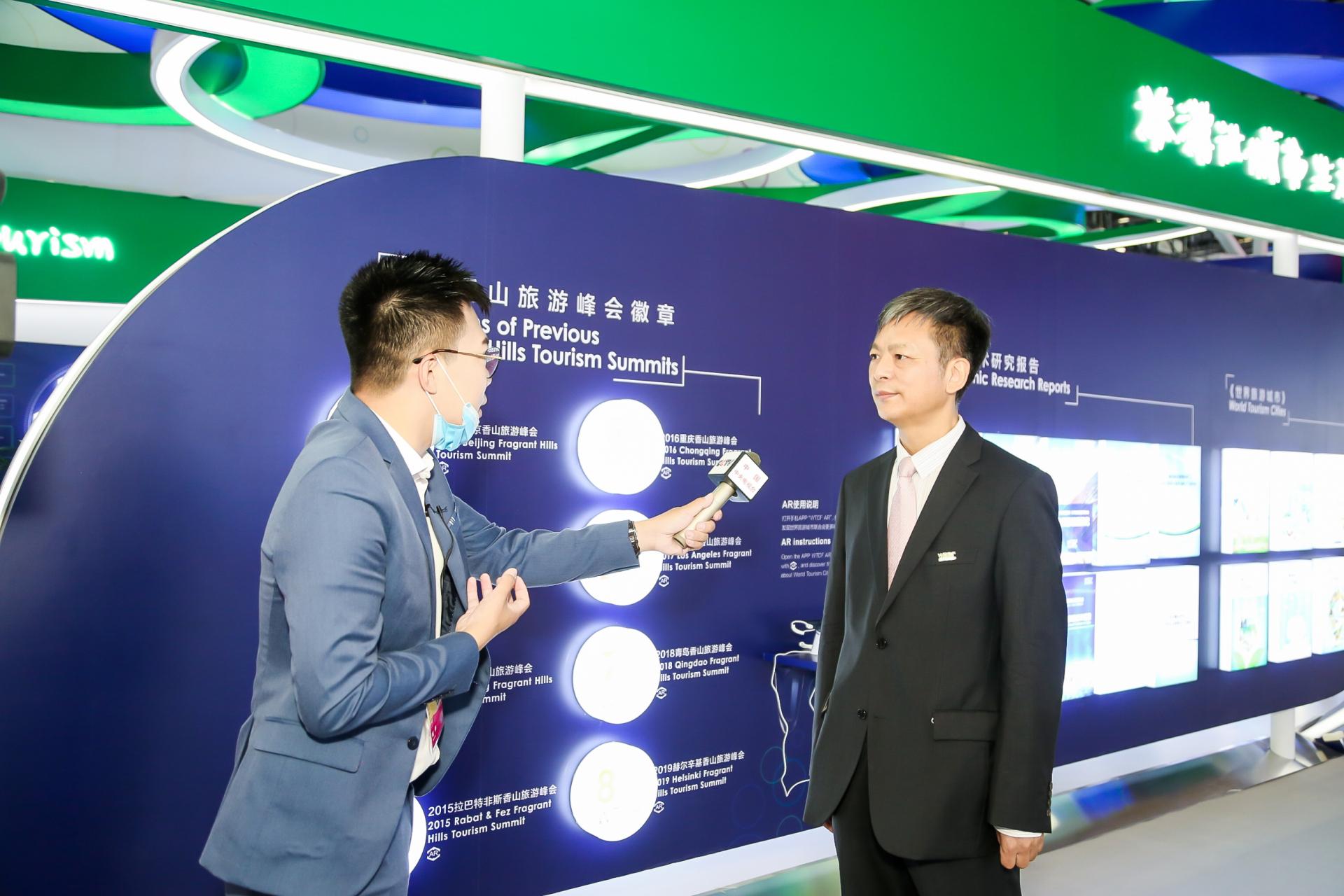 Li Baochun (right) , Executive Deputy Secretary-General of World Tourism Cities Federation (WTCF), is interviewed.